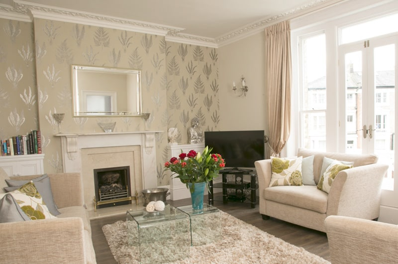 W-20-W-Apartment-page-The-Crescent-Apartment-Lounge-With-French-Doors-20-The-Barons-Luxury-Serviced-Apartments-Richmond,-Twickenham,-South-West-London,-TW1